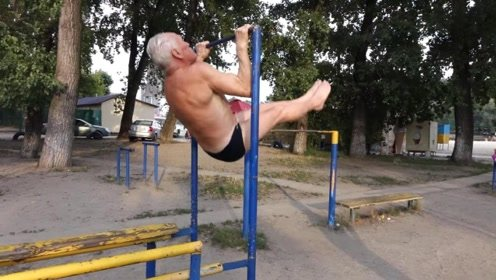俄罗斯85岁老人每天坚持这样锻炼,战斗民族真是猛