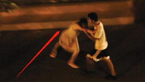 情侣当众吵架,女友一怒之下脱掉上衣,男友瞬间紧抱女子!