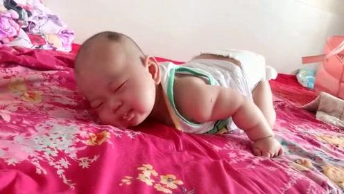 小宝宝在床上睡觉,但是找了半天,也没有找到合适的姿势!