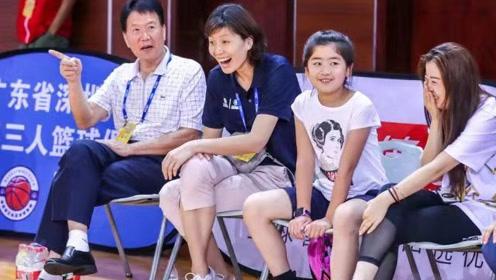 姚明一家现身慈善篮球赛 9岁女儿身高已将近1米7