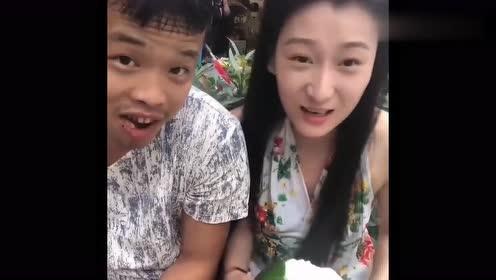 槟榔男神被身边的人吓了一跳,她竟然是用手开,网友:人不可貌相