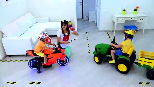 兄弟俩骑儿童摩托车,妈妈在一旁指挥交通,太开心了