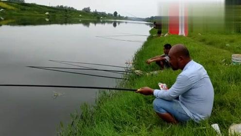 农民鲁智深和二哥大雨中钓鱼,鲁提辖酒量好,钓鱼水平也不差啊!