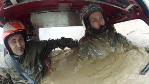 小姐姐开丰田挑战雨林赛,水淹到脖子还能跑?不愧是丰田!
