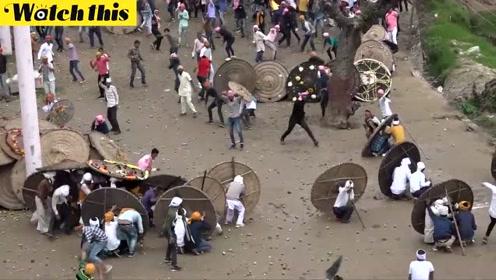 印度民众互扔石头庆祝传统节日场面混乱 超过100人受伤