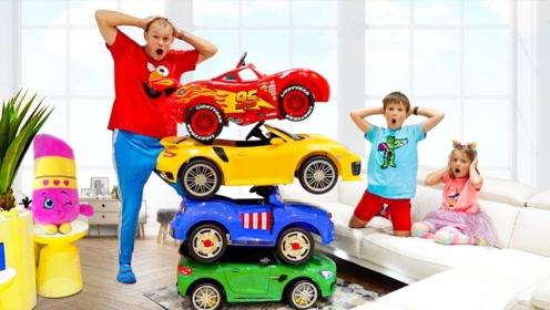 哥哥和妹妹因玩具车争吵,爸爸拿出魔法棒,一下变出好几辆