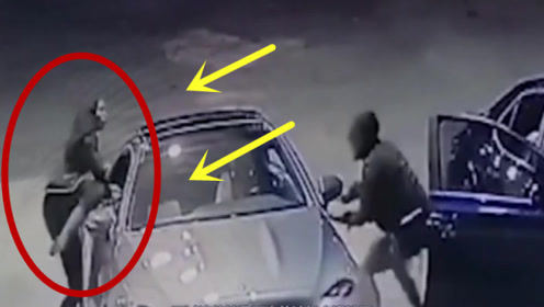 奔驰女司机正在加油,遭遇男子抢劫,下一秒出手真是利落!