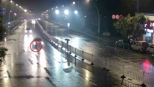 惊魂一幕!男子连续2次横穿马路隔护栏递东西,瞬间被车撞飞