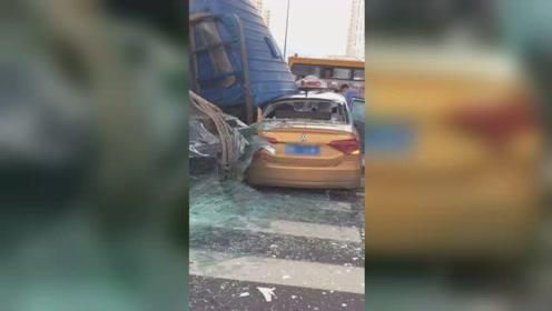 拉运玻璃货车侧翻砸中出租车致5人受伤 现场一片狼藉