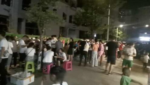 """贵州一所幼儿园报名,家长熬夜排队,备啤酒烧烤戏称""""度假"""""""