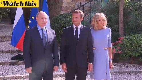 普京向法国第一夫人献花 与马克龙举行会谈
