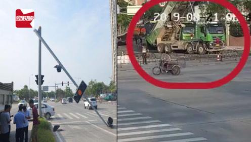 福建一大货车后斗没有降下向前冲,因超高将红绿灯杆撞断倒向路中