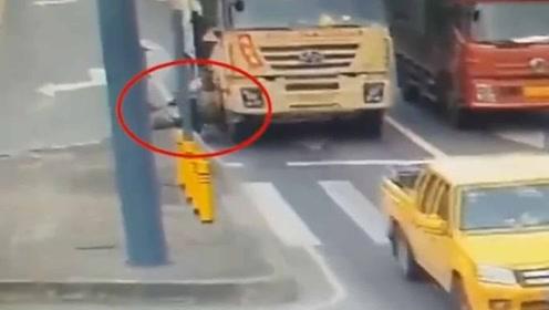 生命的代价!骑电车与大货车抢道 乘车人被碾压致死
