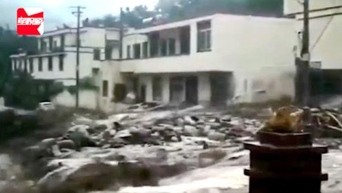 愿平安!汶川特大暴雨引发山洪泥石流,房屋被淹轿车漂浮水面上