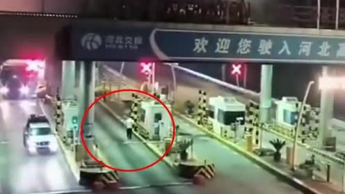 高速收费员发现不对劲,迅速折断栏杆逃离,监控拍下惊险过程!