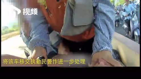 硬塞数张百元大钞给交警!广东湛江涉嫌改装三轮车人员求情被拍