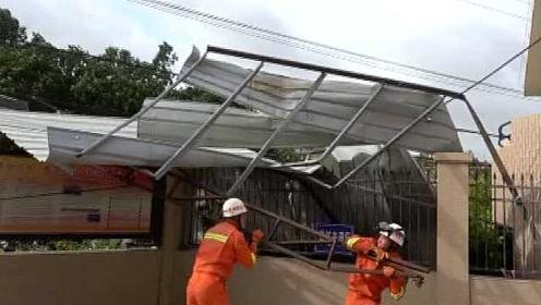 太惊险!受台风影响车库顶棚被掀翻,掉落高压线上