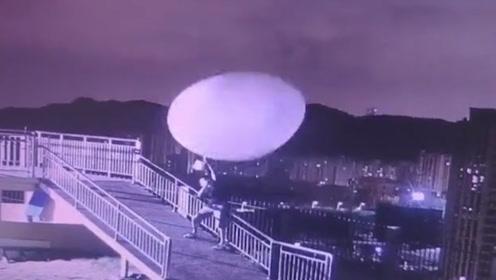 全身上下都写着稳住!台风天气象小哥施放探空气球 被吹到变形
