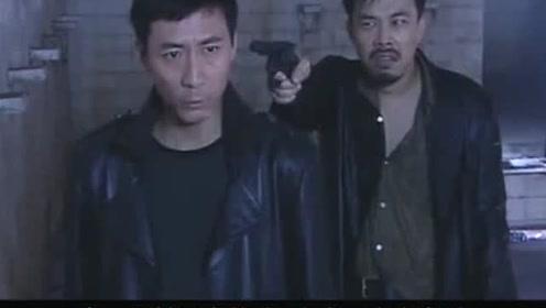 这位老兄果然有胆色,竟拿枪指着燕双鹰,还敢怀疑他的预言?
