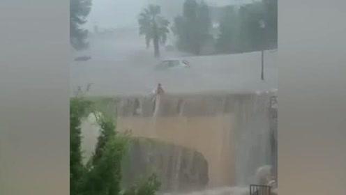 度假变逃生!罕见暴雨3分钟淹没街道,女司机果断弃车游泳逃生