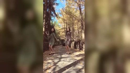 穿旗袍的两姐妹跳自作多情舞,旁边的小哥哥也忍不住跑过来拍照了