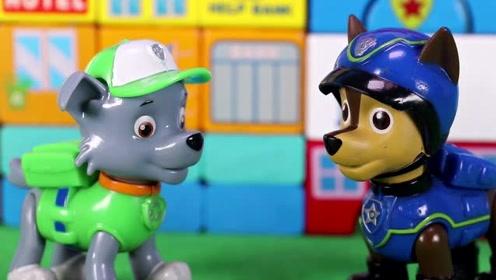 小镇上有一段路很奇怪 汪汪队得阿奇和灰灰要检查一下 玩具故事