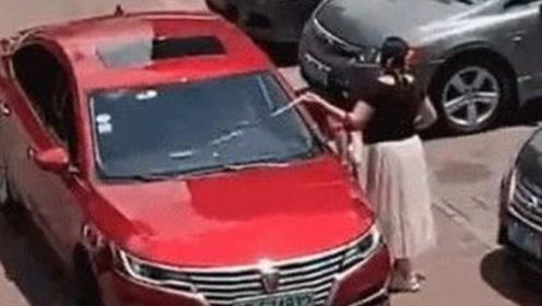 倒车前一女子用卷尺量车位宽度,网友:真是个狠人!