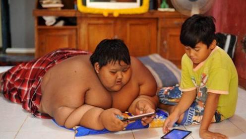 13岁小孩体重500斤,父母狠心3年后,小孩体重狂减300斤