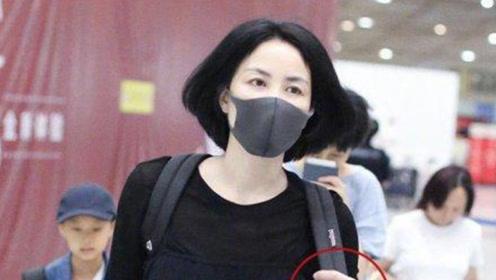 谢霆锋已求婚?王菲现身机场 左手无名指戴戒指