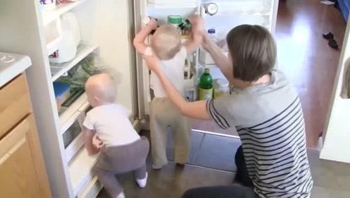 双胞胎刚吃完饭就开始作妖,开冰箱一顿开抢,妈妈都招架不住了