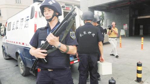 步枪威力更大,但运钞员却非要用霰弹枪?看完涨知识了!