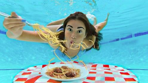 外国美女挑战水下吃东西,面条直接一口闷,镜头记录了全过程