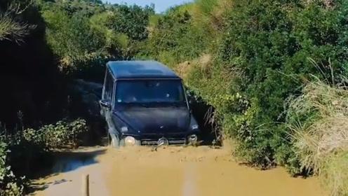 女司机驾驶500万的奔驰G去越野,遇到一个大水坑,差点崩溃了