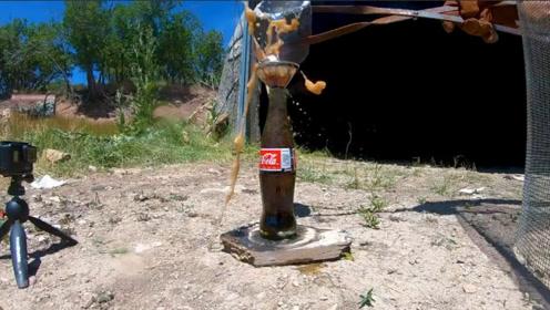 把熔铝倒入可乐中会怎样?老外倒完就准备跑,结果出现大场面