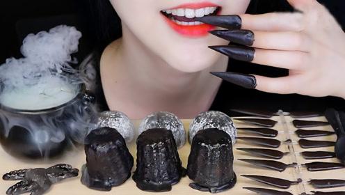 美女吃黑色系美食,长指甲戴上秒变女巫,指甲竟然也敢吃