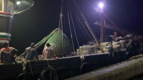 两个渔船合伙捕捞鱼群,速度和定位是关键,一网收获上万斤货物