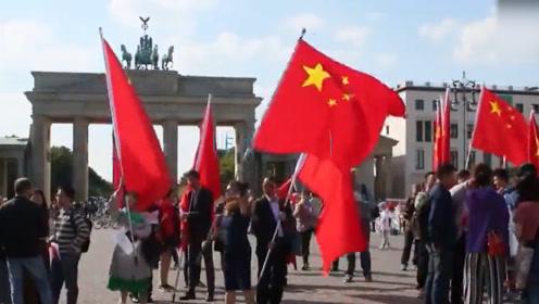 现场!柏林爱国华人举行游行 抗议德外长见乱港分子黄之锋