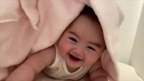 妈妈跟刚睡醒的宝宝躲猫猫,被子掀开的瞬间,宝宝的笑容萌翻了!
