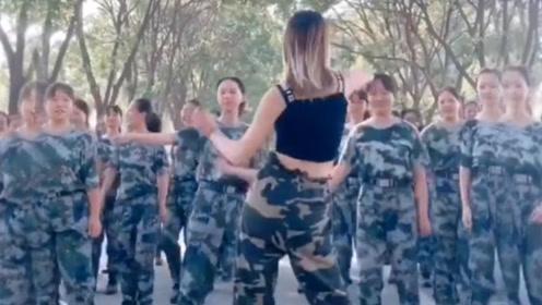 去军训的路上,遇到一位学姐,偏要和我们尴一支舞!