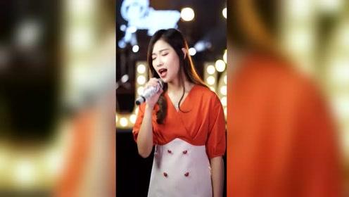 她唱歌的样子美极了, 嗓音唱功一流,好听极了
