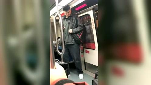 姚明坐地铁被偷拍,球迷直呼:我的哥!