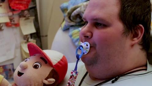 美国这位35岁的胖小伙,每天吸奶嘴穿尿布,还喜欢睡婴儿床