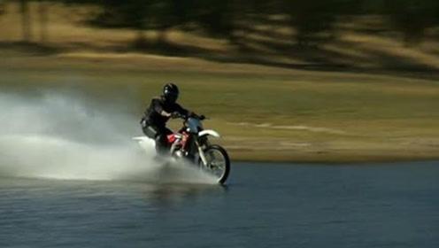 摩托车如何水上飞?国外小伙趣味实验,结局难以想象!