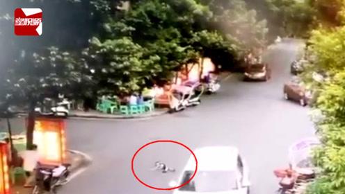 惊险!家长路边与人聊天,小孩径直奔向马路,被轿车瞬间撞倒在地