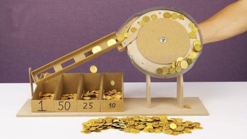 老爷爷用纸箱做分拣机,硬币放入后才是震撼的开始