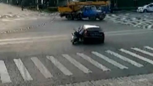 路口撞车酿事故,轿车抢黄灯负全责