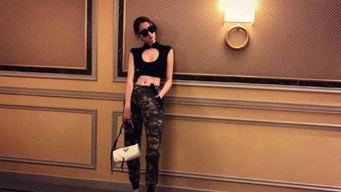 关晓彤穿衣风格越发大胆新奇, 穿镂空上衣搭配迷彩长裤