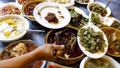 俄罗斯老汉来中国,饭桌上却目瞪口呆,中国人一顿饭太奢侈了!