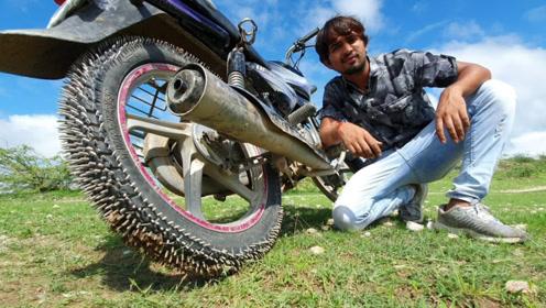 老外脑洞大开,给自家摩托车轮装满钉子,上路瞬间懵了!