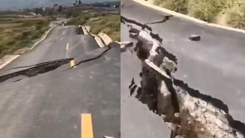 """实拍!甘肃张掖5.0级地震现""""波浪状""""路面,开裂缝隙一人宽"""